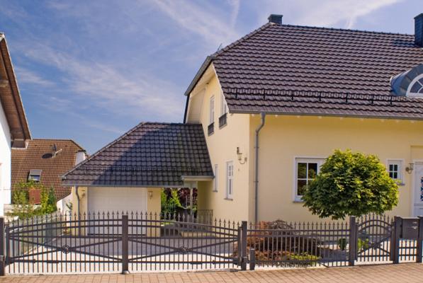 """Modell: """"Freiburg"""" Ausführung: Classic mit doppeltem Querriegel gebogen und Zierkreuz mit Rosette in Tor und Gehtür - Farbe: DB703 Eisenglimmer"""
